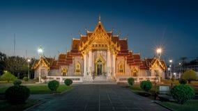 Marmortempel, thailändsk tempel på skymning Royaltyfria Bilder