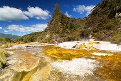 Marmorterrasse und Strebepfeiler in vulkanischem thermischem Tal Waimangu, Rotorua, Neuseeland lizenzfreies stockbild