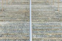 Marmortrappa med metallräcket Arkivfoton