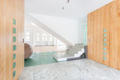 Marmortrappa och golv hemma Arkivfoto