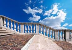 Marmortrappuppgång på blå himmel med moln Arkivfoto
