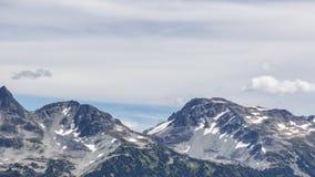 Marmota con las montañas de la costa, Columbia Británica, Canadá Fotografía de archivo libre de regalías