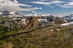 Marmota con las montañas de la costa, Columbia Británica, Canadá Fotografía de archivo