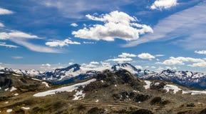 Marmota con las montañas de la costa, Columbia Británica, Canadá Imagenes de archivo