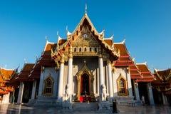 Marmurowa świątynia pod niebieskim niebem, Wat Benchamabopitr Dusitvanaram Bangkok, Tajlandia (,) Zdjęcia Royalty Free