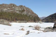Marmurowa góra blisko zamarzniętej Katun rzeki, Altai, Rosja Zdjęcia Royalty Free