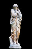 Marmurowa parkowa rzeźba starego człowieka marznięcie i zawijająca w coverlets personifikuje zimnego sezon rok odizolowywający na Zdjęcie Stock