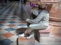 Marmurowa statua mężczyzna trzyma świętej wody stoup kościół San Anastaisa Verona w Włochy obraz stock