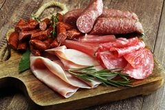 Marmurowa tnąca deska z prosciutto, bekonem, salami i kiełbasami, Obraz Royalty Free