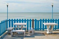 Marmurowe ławki i lampa morzem Fotografia Stock