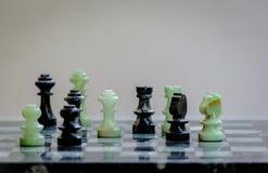 Marmurowi szachowi kawałki na marmurowym chessboard, zbli?enie obraz stock