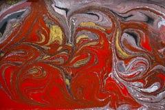 Marmurowy abstrakcjonistyczny akrylowy tło Czerwona i złocista marmoryzaci grafiki tekstura Agat czochry wzór Złoto proszek Fotografia Royalty Free