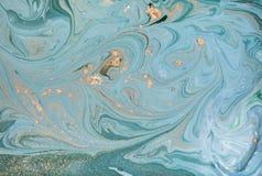 Marmurowy abstrakcjonistyczny akrylowy tło Natury zielona i błękitna marmoryzaci grafiki tekstura błyskotliwość złota fotografia stock