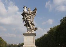 Marmurowy anioł na Ponte Sant ` Angelo trzyma szpaltowego Jezus oprawiał gdy batoży przed ukrzyżowanym Obraz Stock