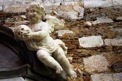 Marmurowy aniołeczek z czaszką przy Carmo klasztorem Zdjęcia Royalty Free