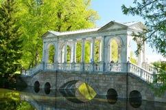 Marmurowy most w parku Zdjęcia Stock