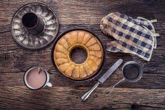 Marmurowy tort chleb Wielkanoc tortowa dekoracyjna tradycja Marmurowego torta filiżanki kawy prochowy cukier i kuchnia rocznika n Zdjęcie Stock