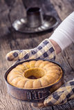 Marmurowy tort chleb Wielkanoc tortowa dekoracyjna tradycja Marmurowego torta filiżanki kawy prochowy cukier i kuchnia rocznika n Obrazy Stock