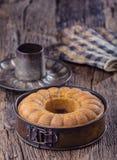 Marmurowy tort chleb Wielkanoc tortowa dekoracyjna tradycja Marmurowego torta filiżanki kawy prochowy cukier i kuchnia rocznika n Zdjęcia Royalty Free