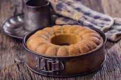 Marmurowy tort chleb Wielkanoc tortowa dekoracyjna tradycja Marmurowego torta filiżanki kawy prochowy cukier i kuchnia rocznika n Zdjęcia Stock