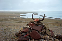 Marni kamień obok jeziora Zdjęcie Stock