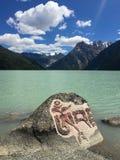 Marnyi kamień w jeziorze Fotografia Royalty Free