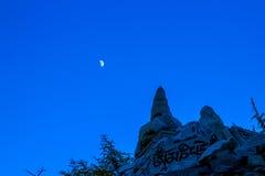 Marnyi sten och måne Royaltyfria Bilder