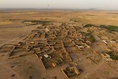 Maroc bosättning i öknen nära Marrakech den flyg- sikten Royaltyfri Foto