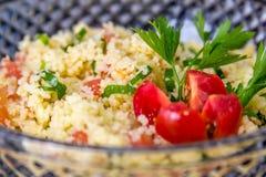Marockansk couscous med persilja och tomaten på överkanten arkivfoto