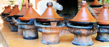 Marockansk keramisk cookware - tajines Arkivbild