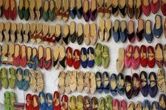 Marockansk marknad av skor Arkivbild