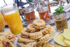 Marockansk minttea och kakor Arkivfoto