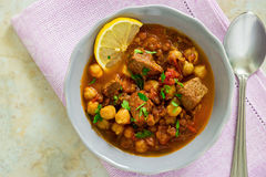 Marockansk soppaharira med kött, kikärtar, linsen, tomaten och sp Royaltyfri Bild