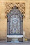 Marockansk springbrunn med mosaiktegelplattor Arkivbilder
