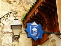Marockansk stilvägvisare och gatalampa på den gamla Towm fyrkanten av Fez Arkivbild