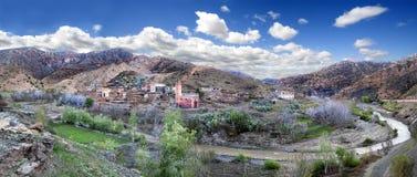 Marockansk by Tisselday Lopp till och med öknen och kartboken Royaltyfri Bild