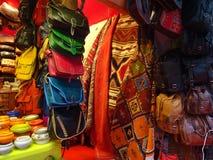 Marockanska färger - läderpåsar, filtar och porsliniems Royaltyfri Bild