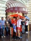 Marockanska fotbollsfan i regnet nära röd fyrkant i Moskva arkivfoton
