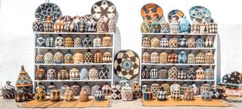 Marockanska hantverk på gatorna av Assilah fotografering för bildbyråer