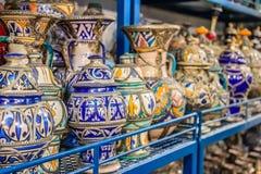 Marockanska keramikhemslöjder på skärm i en krukmakeri shoppar Arkivbilder