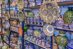 Marockanska keramikhemslöjder på skärm i en krukmakeri shoppar Royaltyfria Bilder