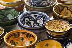 Marockanska keramiska bunkar på marknaden Royaltyfri Bild