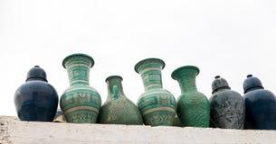 Marockanska keramiska krukor som står på en vägg Royaltyfria Bilder