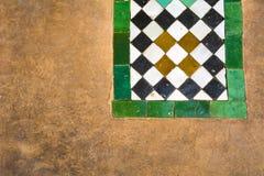 Marockanska keramiska tegelplattor och murbrukbakgrund i Marrakesh fotografering för bildbyråer