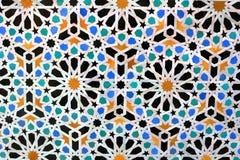 Marockanska mosaiktegelplattor på väggen arkivfoton