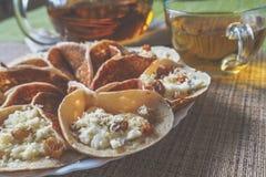 Marockanska pannkakor med örtte En mitt - östlig mat royaltyfri fotografi
