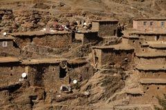 Marockanska stenhus på bergssidan Arkivfoto