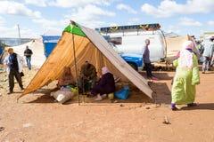 Marockanskt folk i ett valptält Arkivfoton