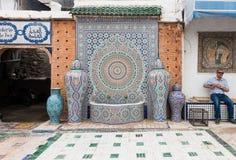 Marockanskt mansammanträde i borggård av den mosaiska fabriken, Fez, Morocc Royaltyfria Bilder