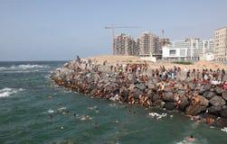 Marockanskt pojkebad i havet Arkivfoton